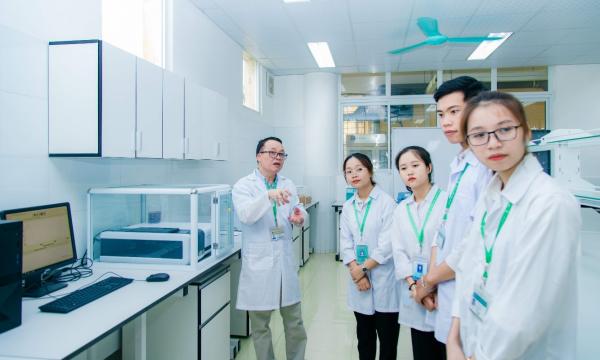 Hướng dẫn sinh viên vận hành thiết bị phân tích định lượng trong phòng thí nghiệm
