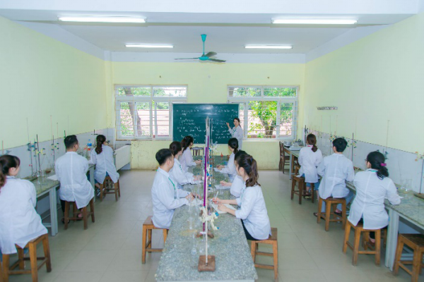 Sinh viên thực hành Hóa học tại Học viện Nông nghiệp Việt Nam.