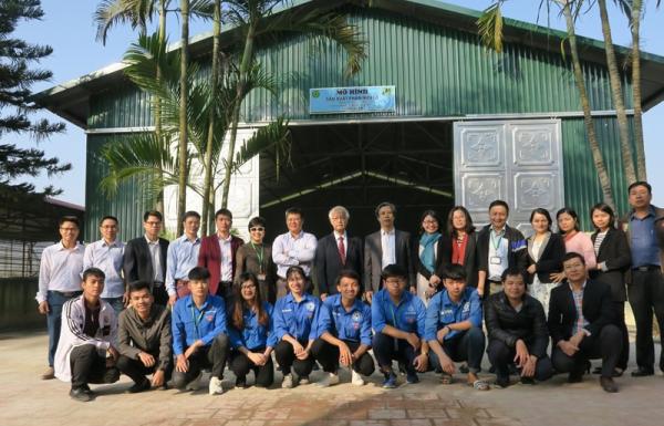 Cán bộ, sinh viên tham quan mô hình sản xuất phân hữu cơ từ bùn thải được xây dựng phục vụ nghiên cứu và đào tạo của khoa Môi trường