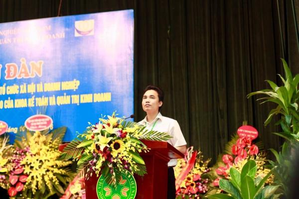 Ông Trịnh Đình Cường - Cựu sinh viên ngành Kế toán (Khóa 46), hiện là Chủ tịch Hội Doanh nghiệp trẻ thành phố Vũng Tàu tham gia chia sẻ cùng sinh viên khoa Kế toán và Quản trị kinh doanh
