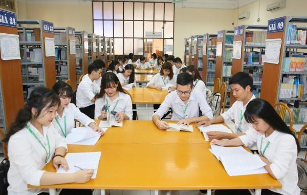 Sinh viên tự nghiên cứu tài liệu trong Thư viện Lương Định Của
