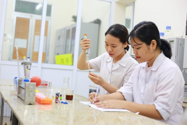 Sinh viên thực hành tại Phòng thí nghiệm Trung tâm khoa học và công nghệ thực phẩm (ISO/IEC 17025:2017)