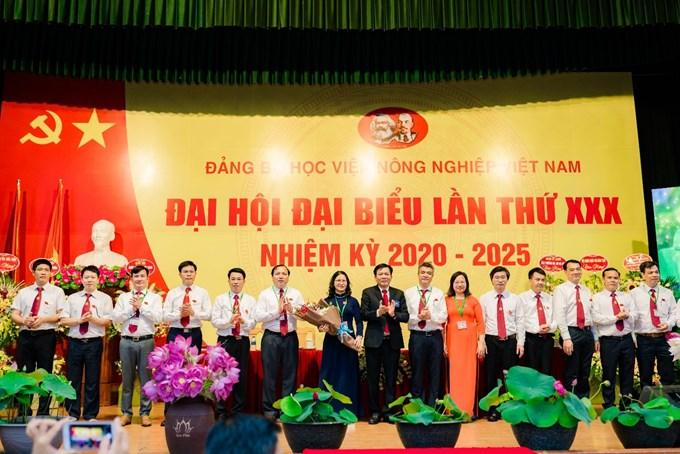 Đồng chí Vũ Tuấn Dũng - Bí thư Đảng bộ Khối các trường Đại học, Cao đẳng Hà Nội tặng hoa chúc mừng Ban chấp hành Đảng bộ Học viện khóa XXX, nhiệm kỳ 2020-2025