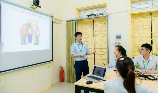 Giảng viên hướng dẫn sinh viên thực hành môn học chuyên ngành