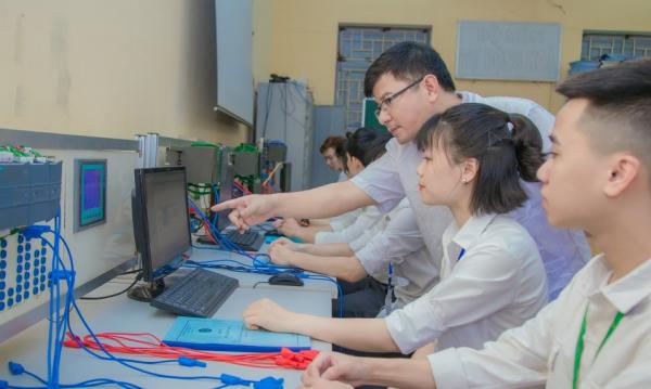 Học về kỹ năng lập trình cho các thiết bị điều khiển tự động
