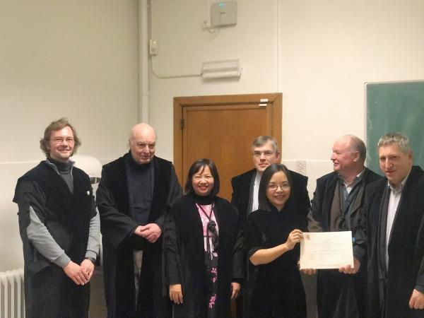 Cô Nguyễn Thị Minh Khuê (thứ ba từ phải sang) nhận bằng tiến sỹ ngành Xã hội học tại Nhật Bản