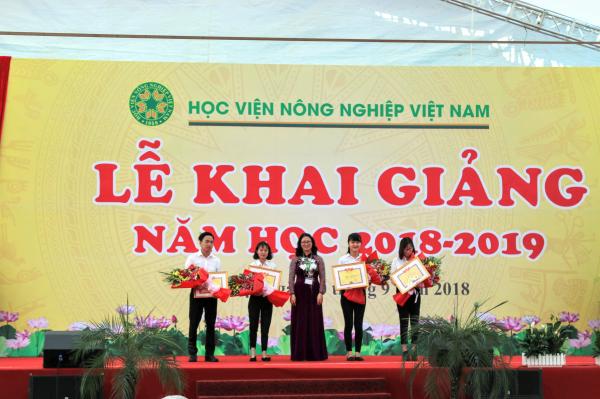 GS.TS. Nguyễn Thị Lan – Bí thư Đảng ủy, Giám đốc Học viện trao học bổng cho sinh viên thủ khoa, á khoa đầu vào năm 2018