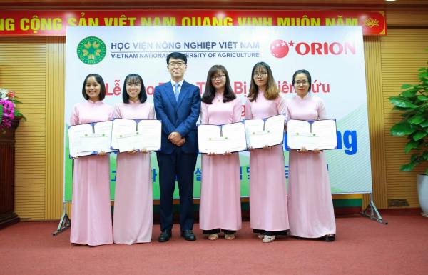 Sinh viên nhận học bổng do Tập đoàn ORION, Hàn Quốc tài trợ