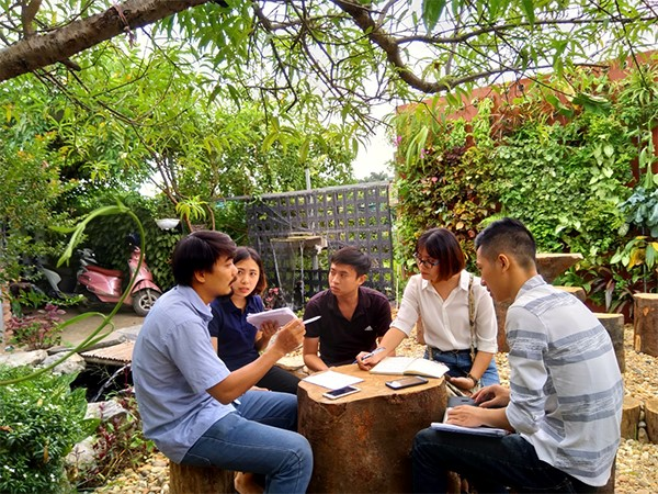 Ông Bùi Văn Tiến (ngoài cùng bên trái) - Giám đốc Công ty cổ phần Phát triển cảnh quan Babylon không chỉ đến giảng đường truyền cảm hứng và kinh nghiệm nghề nghiệp mà còn hỗ trợ sinh viên đến công ty làm việc, trải nghiệm (Ảnh: Bùi Văn Tiến)