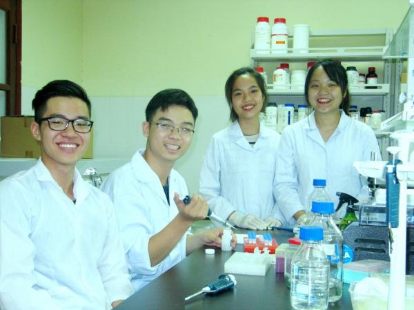 Sinh viên thực hành tại phòng thí nghiệm khoa Công nghệ sinh học