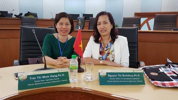 PGS.TS. Trần Thị Minh Hằng (bên trái) được đào tạo tiến sỹ ngành rau hoa quả ở Nhật Bản