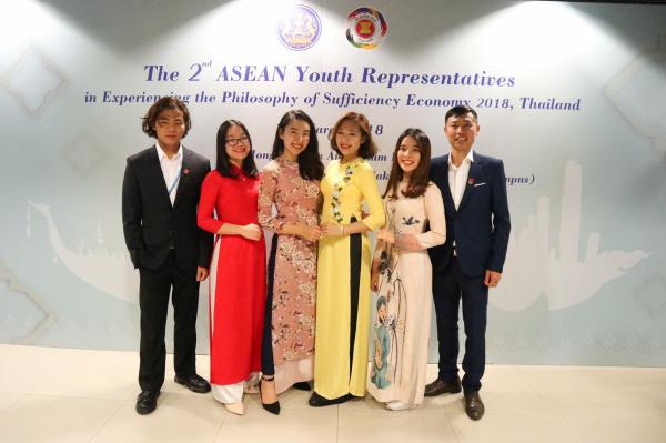 Sinh viên Tống Thị Hằng (mặc áo dài đỏ) - Khoa Nông học (Khóa 60) tham gia chương trình giao lưu sinh viên quốc tế tại Thái Lan