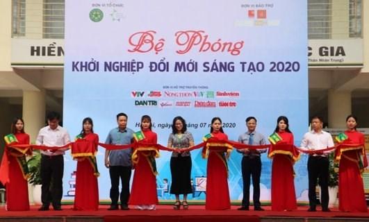 GS.TS. Nguyễn Thị Lan, Giám đốc Học viện Nông nghiệp Việt Nam cùng các đại biểu khai mạc Lễ khai mạc
