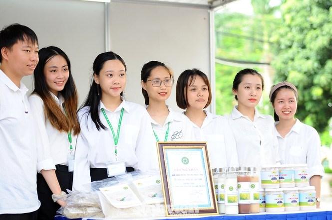 Gần 20 gian hàng của sinh viên cùng các doanh nghiệp đã tham gia trưng bày các gian hàng khoa học công nghệ và khởi nghiệp.