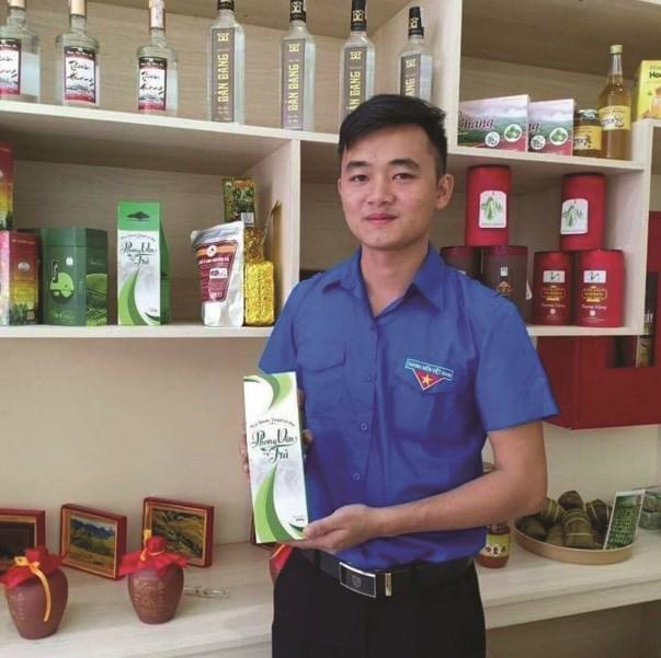 Hà Ngọc Châm với sản phẩm được hình thành ý tưởng khi còn ngồi trên ghế giảng đường Học viện Nông nghiệp Việt Nam. Ảnh: Báo Dân tộc.