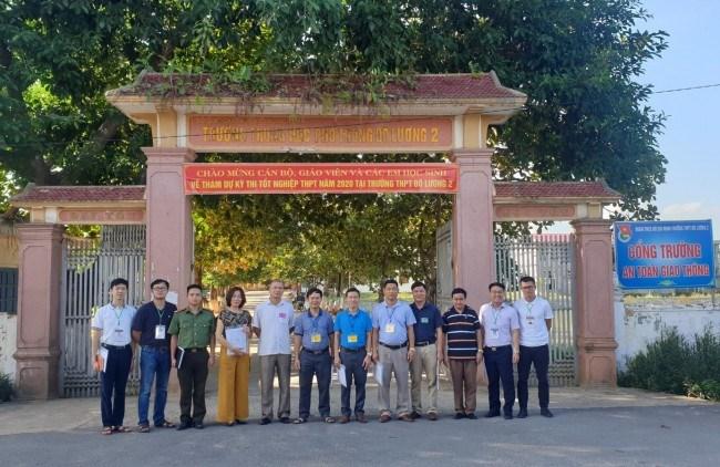 Cán bộ, viên chức Học viện làm nhiệm vụ kiểm tra công tác tổ chức coi thi tốt nghiệp chụp ảnh lưu niệm tại trường THPT Đô Lương 2