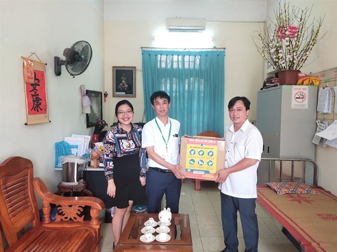 Học viện Nông nghiệp Việt Nam đã tặng khẩu trang kháng khuẩn và nước rửa tay cho các trường THPT