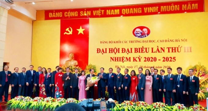 Bí thư Thành ủy Vương Đình Huệ tặng hoa chúc mừng Ban Chấp hành Đảng bộ Khối các trường Đại học, Cao đẳng Hà Nội khóa III, nhiệm kỳ 2020-2025