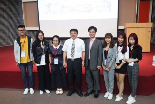 Phan Thu Huyền (thứ 3 từ phải sang) trong chương trình trao đổi sinh viên 3rd International Ocean Camp tại Đài Loan năm 2019