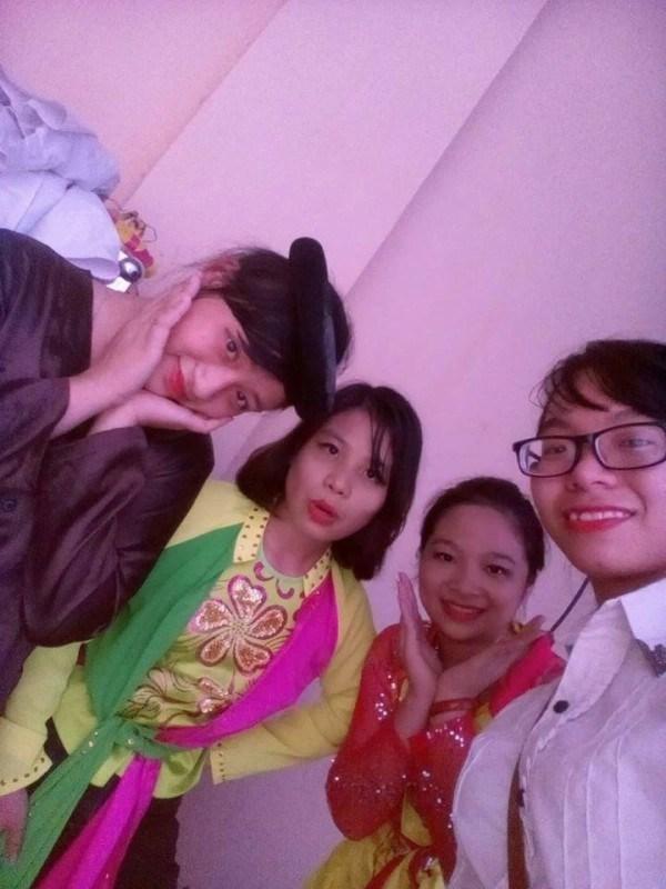 """Khánh Hòa (thứ 2 từ trái sáng) trong tiểu phẩm """"Tấm Cám"""" tại Cuộc thi SV môi trường"""