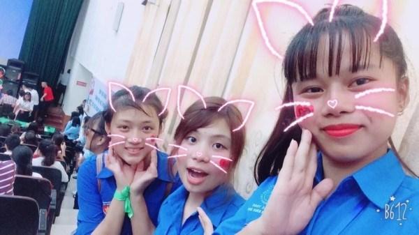 Khánh Hòa (giữa) nhí nhảnh cùng với các thành viên trong Đội tình nguyện Khoa Kế toán và QTKD