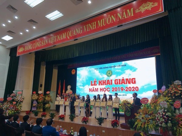 Khánh Hòa tại được trao giải sinh viên xuất sắc năm học 2018-2019 trong Lễ khai giảng của Học viện