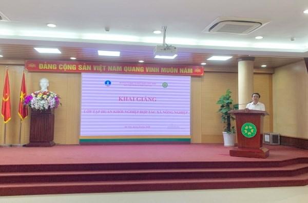 Ông Lê Đức Thịnh – Cục trưởng Cục Kinh tế hợp tác và Phát triển nông thôn phát biểu và chia sẻ cùng các học viên
