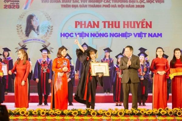 Nữ thủ khoa Phan Thu Huyền trong giây phút được vinh danh