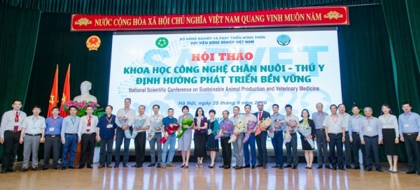 Participants with Prof. Dr Nguyen Thi Lan, President of VNUA
