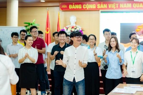 Các bạn sinh viên hào hứng tham gia hoạt động trong chương trình lớp học khởi nghiệp.