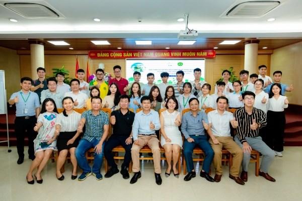 Thành viên Ban Tổ chức, các diễn giả chụp ảnh lưu niệm với các sinh viên tham gia Chương trình Khởi nghiệp nông nghiệp đổi mới sáng tạo năm 2020.