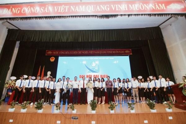 BCH Hội Sinh viên Học viện Nông nghiệp Việt Nam khóa XV, nhiệm kỳ 2020-2023 ra mắt Đại hội và nhận hoa chúc mừng của quý vị đại biểu, khách quý