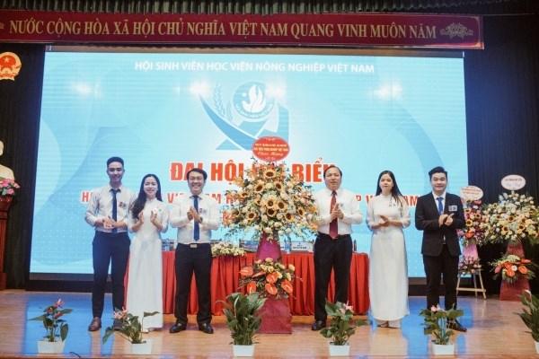 Đoàn Chủ tịch Đại hội nhận lãng hoa chúc mừng Đại hội từ các đồng chí lãnh đạo, quý vị đại biểu, khách quý