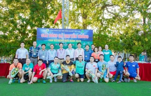 Quý vị đại biểu cùng đại diện các đội tham gia dự thi chụp ảnh lưu niệm