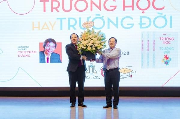 Báo Tiền phong tặng hoa chúc mừng kỷ niệm 64 năm Ngày thành lập Học viện Nông nghiệp Việt Nam (12/10/1956-12/10/2020)