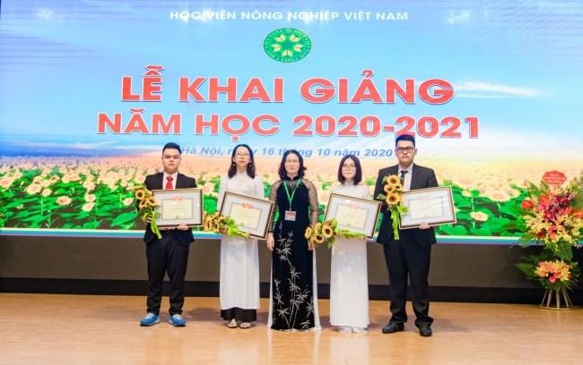 GS.TS. Nguyễn Thị Lan - Bí thư Đảng ủy, Giám đốc Học viện tặng hoa và giấy khen cho sinh viên thủ khoa, á khoa khóa 65