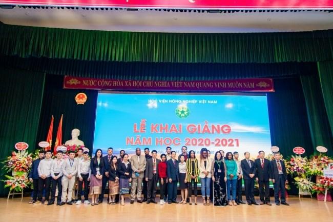 Lãnh đạo Học viện chụp ảnh cùng đại diện các đại sứ quán và sinh viên quốc tế đang học tập dài hạn tại Học viện