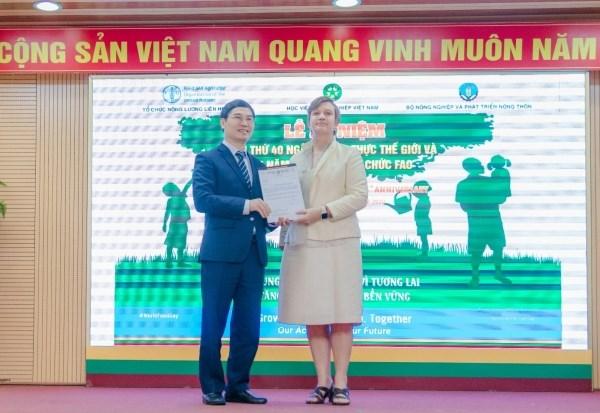 Bà Rana Flowers - Trưởng đại diện lâm thời FAO tại Việt Nam trao thư cam kết tài trợ dự án của FAO cho ông Nguyễn Quý Dương - Phó Cục trưởng Cục Bảo vệ thực vật