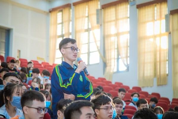 Sinh viên tham gia trao đổi, thảo luận cùng TS. Đặng Kim Sơn