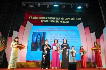 GS-TS Nguyễn Thị Lan – Bí thư Đảng ủy, Giám đốc Học viện Nông nghiệp Việt Nam nhận bằng khen Phụ nữ Thủ đô tiêu biểu năm 2020