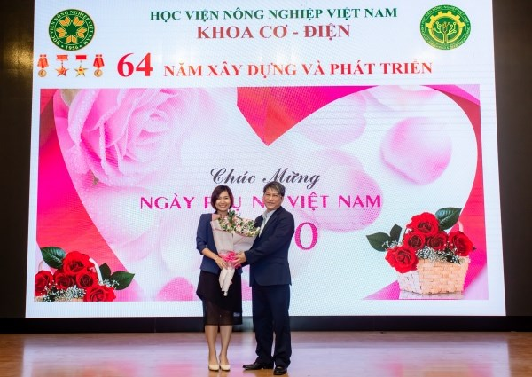 TS. Nguyễn Xuân Trường tặng hoa chúc mừng các cô giáo nhân ngày 20/10/2020