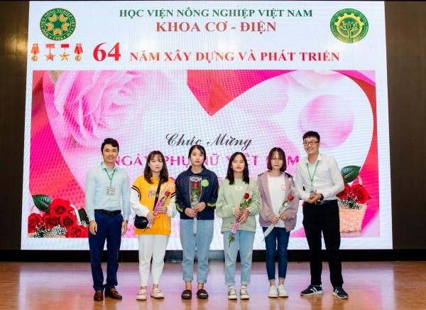 LCĐ- LCH tặng hoa chúc mừng các tân sinh viên nữ K65