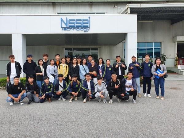 Sinh viên chụp ảnh lưu niệm tại Công ty