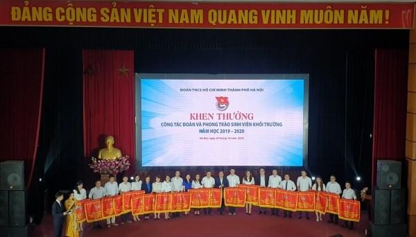 Đồng chí Nguyễn Trường Thành – Phó Bí thư Đoàn Thanh niên Học viện (thứ 5 từ trái sang) vinh dự nhận Cờ thi đua của Thành đoàn Hà Nội