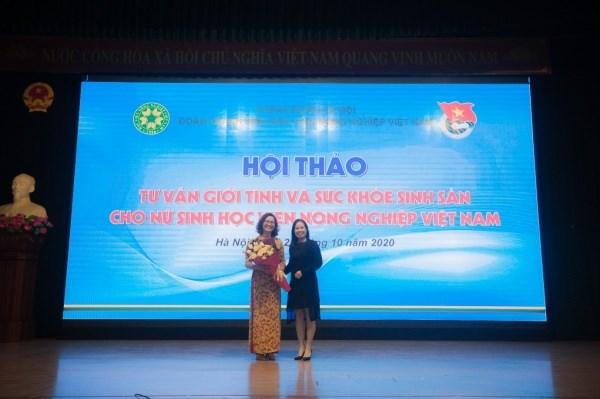 PGS.TS. Lê Thị Giang – Phó Chủ tịch Công đoàn Học viện tặng hoa cảm ơn cho diễn giả của chương trình.