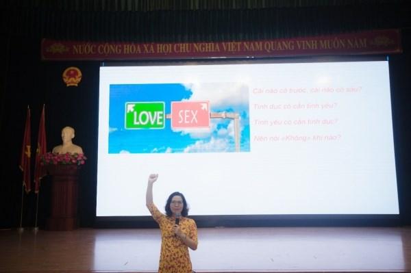 TS. Nguyễn Thị Chính – Giảng viên trường Đại học Quốc gia Hà Nội chia sẻ các nội dung về giới tính tại Hội thảo.