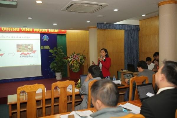 TS. Phan Thị Thu Hồng - Khoa Công nghệ Thông tin, Học viện Nông nghiệp Việt Nam trình bày tham luận tại hội thảo