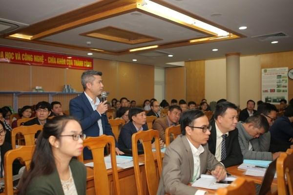 Đại biểu tham dự hội thảo đặt câu hỏi cho các nhà khoa học