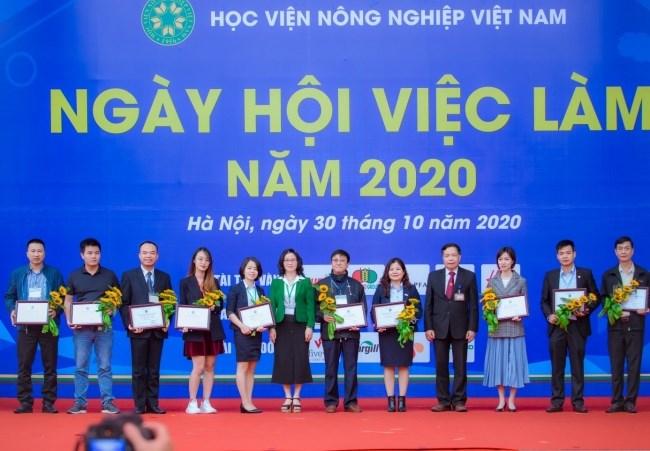GS.TS. Nguyễn Thị Lan - Bí thư Đảng ủy, Giám đốc Học viện và GS.TS. Trần Đức Viên tặng hoa và trao chứng nhận cho các nhà tài trợ
