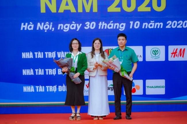 Sinh viên Nguyễn Thu Bình - K62, khoa Kinh tế và Phát triển nông thôn tặng hoa cảm ơn lãnh đạo Học viện và đại diện doanh nghiệp tham gia chương trình